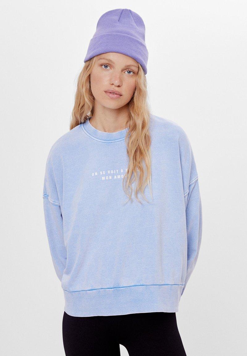 Bershka - MIT PRINT UND STICKEREI  - Sweatshirts - light blue