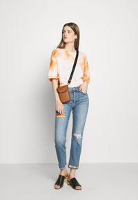 Mother - THE MID RISE BUTTON FLY DAZZLER ANKLE FRAY  - Straight leg jeans - blue - 1