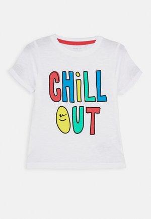 NMMHAMIKKE - T-shirt z nadrukiem - bright white