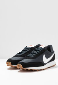 Nike Sportswear - DAYBREAK - Zapatillas - black/summit white/off noir/brown/team orange - 6