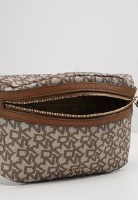 DKNY - CASEY  LOGO - Bum bag - chino logo/vicuna - 5