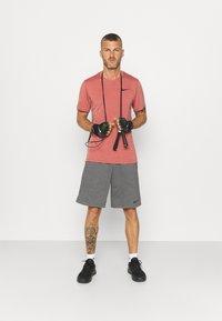 Nike Performance - HYPER DRY - T-shirts print - rust pink heather/black - 1