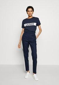 HUGO - DATINA - T-shirts med print - open blue - 1