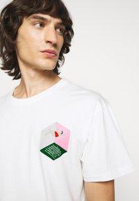Henrik Vibskov - MAN IN BATHROOM TEE - T-Shirt print - white / multi-coloured - 3