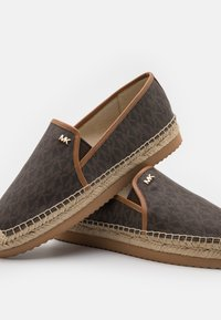 MICHAEL Michael Kors - HASTINGS SLIP ON - Espadrilles - brown - 5