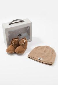 UGG - BABY NEUMEL & BEANIE SET - Baby gifts - chestnut - 8