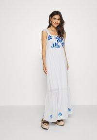 comma - Długa sukienka - off white - 0