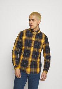 Wrangler - BUTTON DOWN SHIRT - Skjorta - spruce yellow - 0