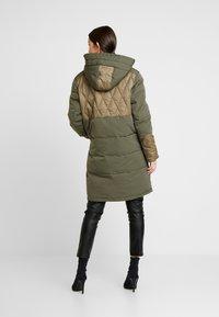Scotch & Soda - MIXED FABRIC JACKET WITH QUILTING DETAILS - Zimní kabát - military - 2