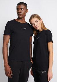 Tommy Hilfiger - LOGO TEE UNISEX - T-shirt con stampa - black - 0