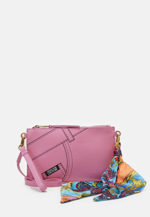 CROSSBODY FLATCUCITURE PRINT - Across body bag - rosa