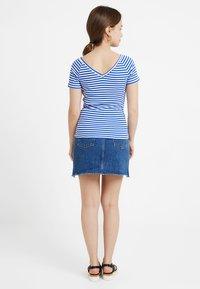ONLY Petite - ONYLABELLA V NECK - Basic T-shirt - cloud dancer/dazzling blue - 2
