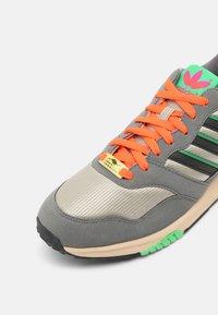 adidas Originals - ZX 1000 UNISEX - Trainers - feather grey/grey four/semi screaming green - 6