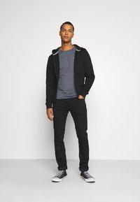 Tommy Jeans - REGULAR ZIP HOOD - Vetoketjullinen college - black - 1