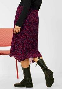 Street One - MIT LEO  - Pleated skirt - rot - 2