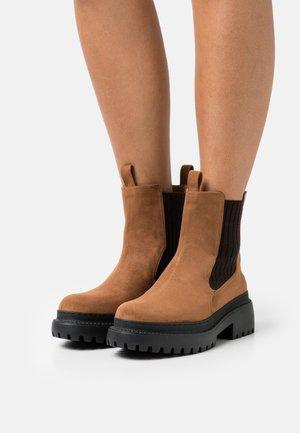 VEGAN LINDA - Platform ankle boots - camel