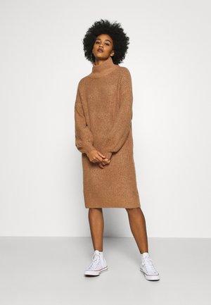 NMROBINA HIGH NECK DRESS - Stickad klänning - camel melange
