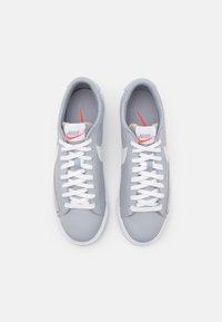 Nike Sportswear - BLAZER UNISEX - Joggesko - wolf grey/sail/bright crimson/white - 3