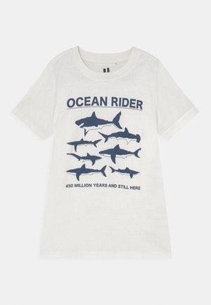 MAX SHORT SLEEVE TEE - Print T-shirt - retro white