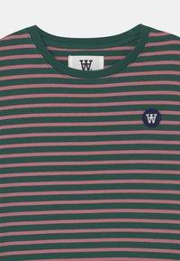Wood Wood - OLA UNISEX - Print T-shirt - faded green/rose - 2
