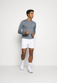Nike Performance - MILER - Funkční triko - smoke grey/reflective silver - 1