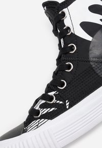 McQ Alexander McQueen - SWALLOW CUT UP - High-top trainers - black/white - 5