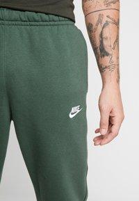 Nike Sportswear - CLUB - Tracksuit bottoms - galactic jade - 5