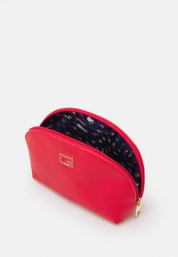 Guess - NOHEA DOME - Trousse - cherry - 2