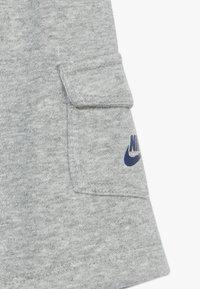 Nike Sportswear - CARGO BABY SET - Shorts - dark grey heather - 3