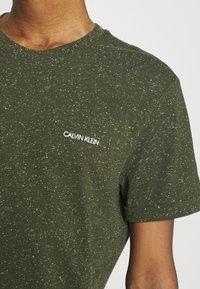 Calvin Klein - TURN UP SLEEVE - T-shirts print - dark olive - 4