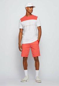 BOSS - LIEM - Shorts - open red - 1