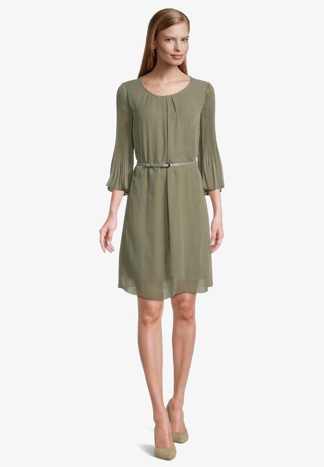 MIT PLISSEE - Korte jurk - pale khaki