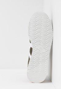 ASICS SportStyle - TIGER RUNNER UNISEX - Sneakersy niskie - mantle green/white - 4