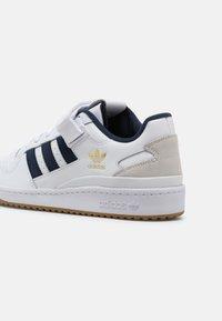 adidas Originals - FORUM LOW UNISEX - Trainers - white/crew navy - 4