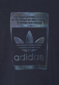 adidas Originals - TEE - T-shirt con stampa - night navy - 6