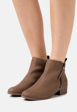 WIDE FIT MACRO SIDE ZIP  - Botines bajos - tan
