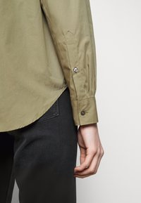 CLOSED - BLANCHE - Blouse - green umber - 5