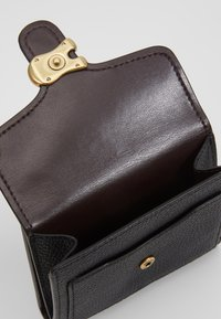 Coach - POLISHED PEBBLE TABBY SMALL WALLET - Wallet - black - 6
