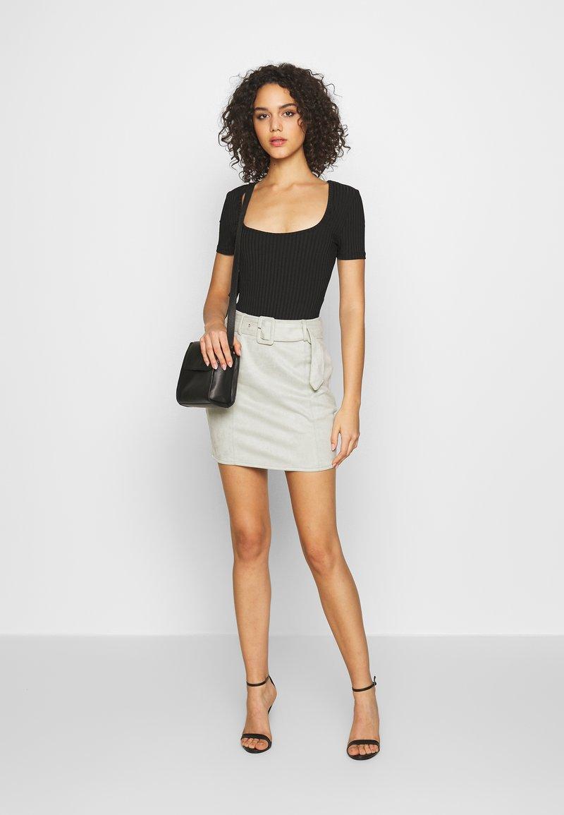 Missguided - T-shirt basique - camel/black/white