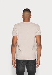 Selected Homme - SLHNEWMERCE O-NECK TEE - T-shirt - bas - dove melange - 2