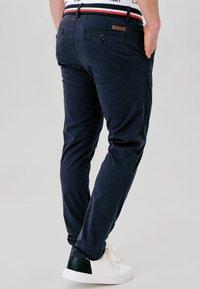 INDICODE JEANS - CHERRY - Pantalones chinos - navy - 2