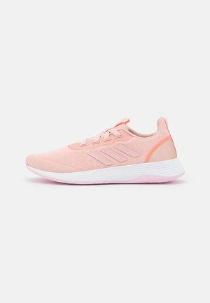 QT RACER SPORT - Neutrala löparskor - vapour pink/screaming orange