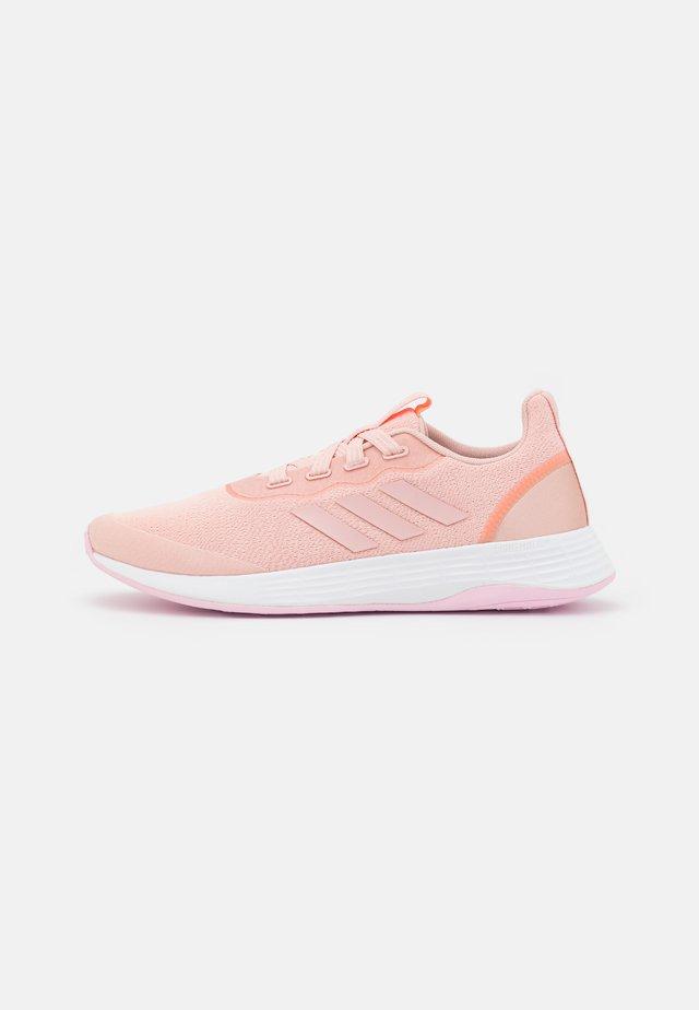 QT RACER SPORT - Neutrální běžecké boty - vapour pink/screaming orange