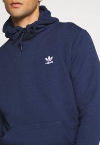 adidas Originals - ESSENTIAL HOODY UNISEX - Jersey con capucha - conavy - 4