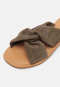 Zign - Pantofle - khaki - 7
