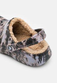 Crocs - CLASSIC LINED BLEACH DYE UNISEX - Sabots - black - 5