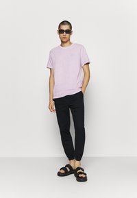 Levi's® - AUTHENTIC CREWNECK TEE - Basic T-shirt - lavender frost - 1