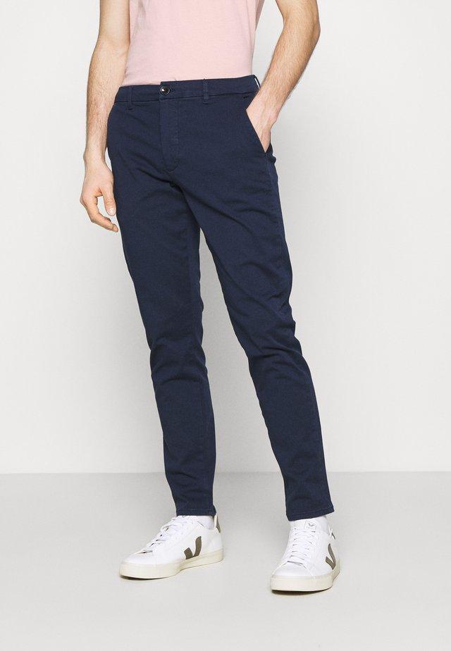 DARVIS PANTS - Chino kalhoty - navy blazer