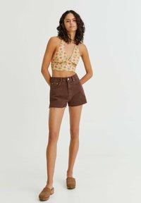 PULL&BEAR - MIT SEITLICHEM SCHLITZ - Denim shorts - mottled light brown - 1