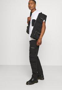 Mennace - MENNACE UTILITY TROUSER - Cargo trousers - black - 3